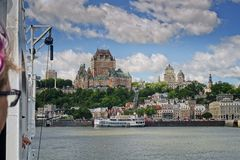 Quebec City som sett från den Quebec Levis färjan arkivbilder