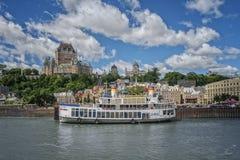 Quebec City som sett från den Quebec Levis färjan royaltyfri foto