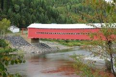 Quebec, czerwień zakrywający most Fotografia Royalty Free