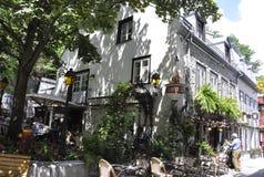 Quebec, el 28 de junio: Terraza en casa histórica en Rue du Champlain en la ciudad de Quebec vieja en Canadá foto de archivo
