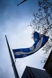 Quebec flagga på den halva masten Royaltyfria Foton