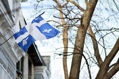 Quebec-Flagge in Montreal, das in der Brise sich türmt Lizenzfreie Stockfotos