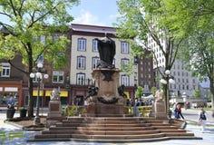 Quebec, 29 Juni: Het Monument van D ` Armes van de parkplaats van de Oude Stad van Quebec in Canada Royalty-vrije Stock Afbeeldingen
