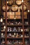 Quebec Kanada 13 09 2017 - Bittere Getränke und Alkohol halten entgegengesetzt mit Flaschen getonter Weinleseartbacksteinmauer un lizenzfreie stockfotos