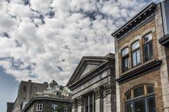 Quebec Kanada 13 09 2017 Menschen am Altbau der Bank des Wolkenhimmels Montreals Québec-Stadt während des Hopfens auf Bus bereise Lizenzfreies Stockbild
