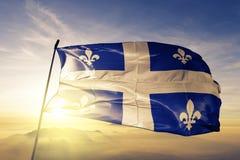 Quebec landskap av tyg för torkduk för Kanada flaggatextil som vinkar på den bästa soluppgångmistdimman arkivbilder