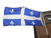 Quebec-Markierungsfahnenflugwesen Stockfotos