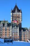 Quebec miasta kasztel z kanadyjczyk flagą zdjęcia stock