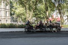 QUEBEC miasto, KANADA 13 09 2017 koń rysujący fracht objeżdża przez Historycznego okręgu który jest UNESCO światowego dziedzictwa Fotografia Royalty Free