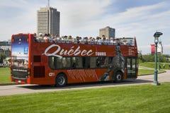 QUEBEQUE, CANADÁ - 20 DE AGOSTO DE 2014: O ônibus de turista vermelho Sightseeing monta no parque do DES Campeão-de-Bataille Naci Fotografia de Stock