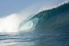Quebra azul da onda Fotografia de Stock Royalty Free