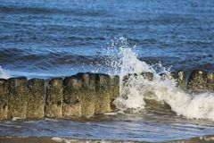 Quebra da onda Beira-mar Báltico e disjuntor de onda de madeira foto de stock royalty free