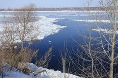 Quebra do gelo no rio na primavera Imagens de Stock