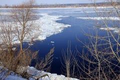 Quebra do gelo no rio na primavera Foto de Stock Royalty Free