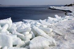 Quebra do gelo no rio na primavera Imagens de Stock Royalty Free
