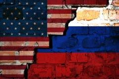 A quebra entre as bandeiras de ascendente próximo de América e de Rússia foto de stock royalty free