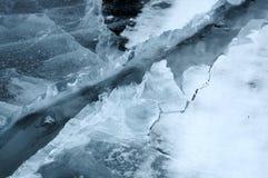 A quebra fresca quebrou o gelo grosso A agua potável fresca aumenta das profundidades e do gelo no frio Tempestade de gelo Fotografia de Stock