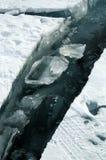 A quebra fresca quebrou o gelo grosso A agua potável fresca aumenta das profundidades e do gelo no frio Tempestade de gelo Imagens de Stock