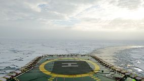 Quebra-gelo que atravessa os campos de gelo, árticos filme