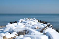 Quebra-mar coberto com a neve Imagens de Stock Royalty Free