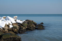 Quebra-mar coberto com a neve Foto de Stock