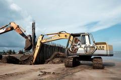 Quebra-mar da construção da máquina escavadora na praia Imagens de Stock Royalty Free