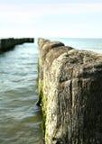 Quebra-mar de madeira no oceano Fotos de Stock