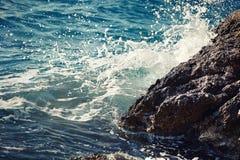 Quebra-mar de pedra com ondas de quebra. Imagem de Stock