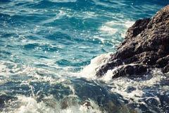 Quebra-mar de pedra com ondas de quebra. Fotos de Stock Royalty Free