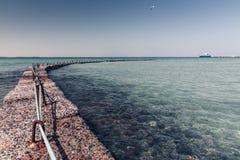 Quebra-mar de pedra no mar Fotos de Stock Royalty Free