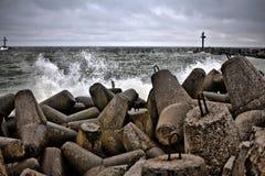 Quebra-mar durante o dia tormentoso do outono Fotografia de Stock