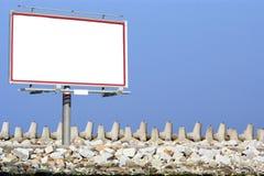 Quebra-mar e céu brancos vazios do quadro de avisos Fotografia de Stock