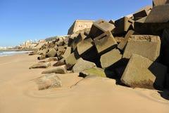 Quebra-mar na praia de Cadiz, a Andaluzia, Espanha Foto de Stock Royalty Free