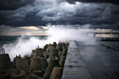 Quebra-mar na tempestade Fotos de Stock Royalty Free