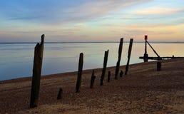 Quebra-mar velho na frente marítima no Suffolk do twilpght Fotografia de Stock