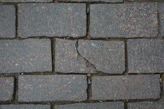 Quebra na pedra no pavimento foto de stock