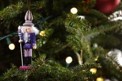 Quebra-nozes do brinquedo em uma árvore do feriado do Natal Fotos de Stock