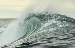 Quebra poderosa da onda de oceano Onda na superfície do oceano Rupturas da onda em um banco raso Fotografia de Stock Royalty Free