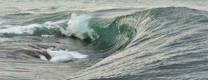 Quebra poderosa da onda de oceano Onda na superfície do oceano Rupturas da onda em um banco raso Fotografia de Stock