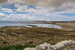 Quebrado海滩在Peniche,葡萄牙 免版税库存图片