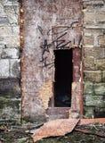 Quebrado subido encima de puerta destrozada en una casa abandonada foto de archivo libre de regalías
