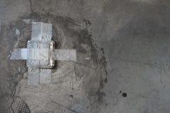 Quebrado surja el zócalo del piso imagenes de archivo