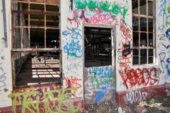 Quebrado y aherrumbrado: Casa vieja del poder marcada con etiqueta Foto de archivo
