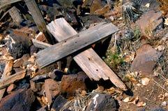 Quebrado y solo en las rocas Imagen de archivo
