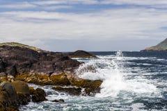 Quebrando a água na baía de Derrynane Fotografia de Stock Royalty Free