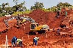 Quebrando a construção à terra das máquinas das máquinas escavadoras Imagem de Stock Royalty Free