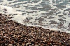 Quebrando a espuma ensolarado do mar das ondas grandes Imagem de Stock Royalty Free