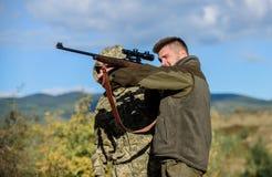 Quebrando a lei Conceito caçando Atividade para homens brutais Caçadores furtivos dos caçadores que procuram a vítima Caçadores f foto de stock royalty free