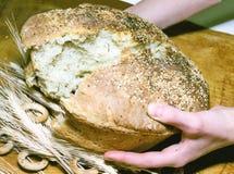 Quebrando o pão foto de stock