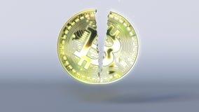 Quebrando o símbolo do bitcoin Rendição do conceito 3D da crise de Cryptocurrency Fotos de Stock Royalty Free
